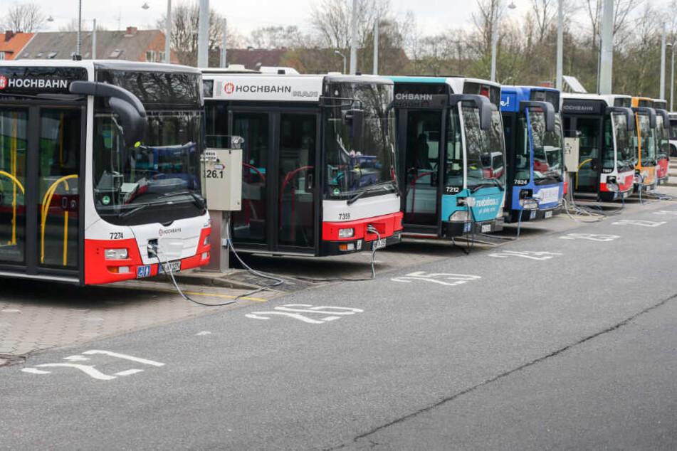 Busse der Hochbahn warten auf dem Betriebshof auf ihren Einsatz.