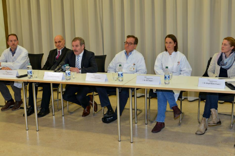 Februar 2020: Professor Peter Kremsner (2.v.l.), Direktor des Instituts für Tropenmedizin, auf einer Pressekonferenz der Universitätsklinik Tübingen.
