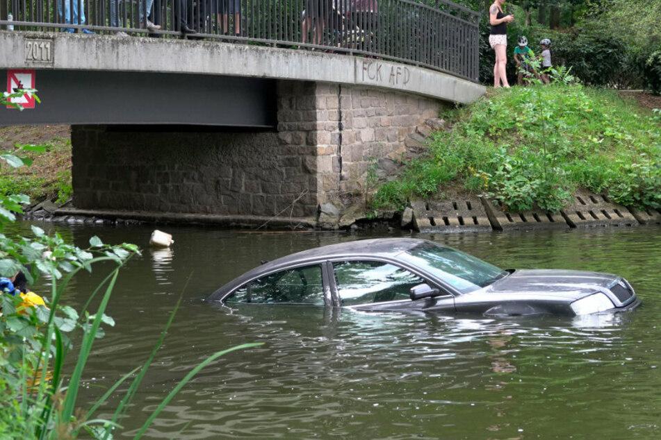 Auto im Schlossteich versenkt: Was ist hier los?