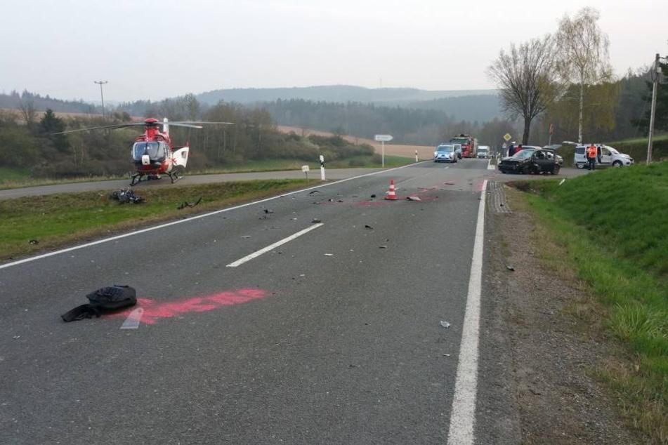 Der Motorradfahrer krachte beim Überholen in einen entgegenkommenden VW.