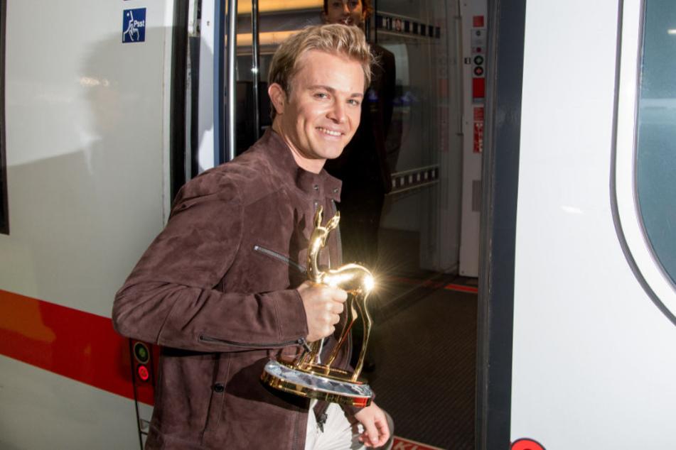 Nico Rosberg begleitet die Bambi-Trophäen nach Berlin.