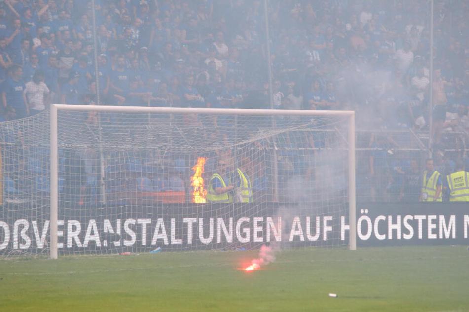 Beim Relegations-Spiel gegen Uerdingen 2018: Pyro der Waldhof-Mannheim-Anhänger fliegt auf den Rasen.