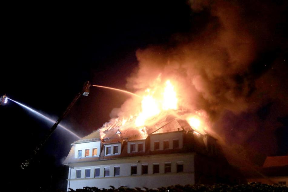 Der Dachstuhl des Hauses stand komplett in Flammen.