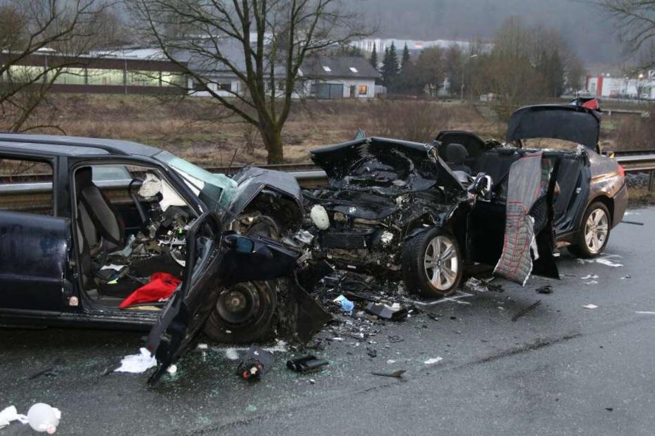 Die zerstörten Autos stehen auf der Bundesstraße 236.