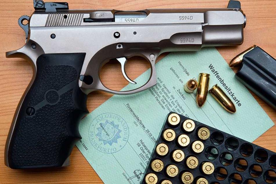 So mancher Reichsbürger darf Waffen besitzen. Seit August 2016 werden deren Waffenscheine überprüft.