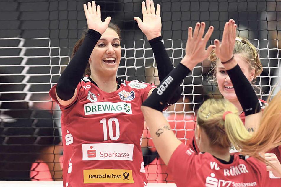 Neuzugang Lena Stigrot (l.) präsentiert sich bislang in einer starken Verfassung. Kann die DSC-Topscorerin heute auch nach dem Gipfeltreffen gegen den Schweriner SC mit ihren Teamkolleginnen jubeln?