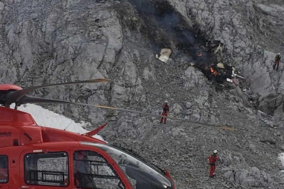 Rettungskräfte stehen an der Unfallstelle.