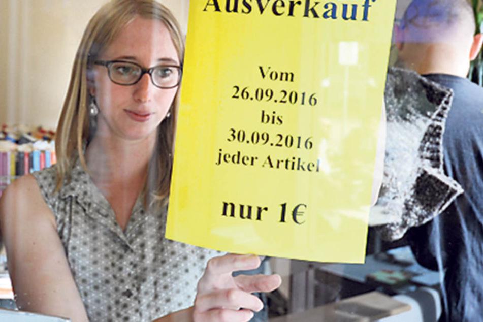 """Mitarbeiterin Swinda Krause (26) macht auf den Ausverkauf aufmerksam, schon Freitag ist Schluss im """"Lesefreak""""."""