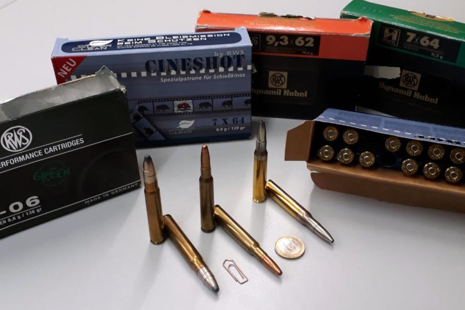 Mehrere Schachteln mit Munition wurden im Abfall gefunden.