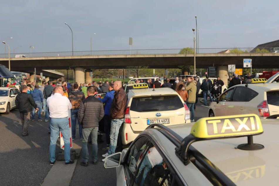 Die Taxifahrer versammelten sich vor der Fahrt am Ammonhof.