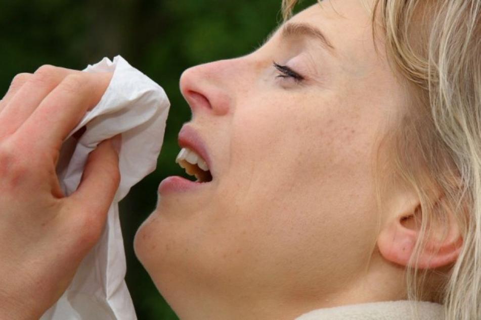 Frau bricht sich zweimal Halswirbel, weil sie niesen musste