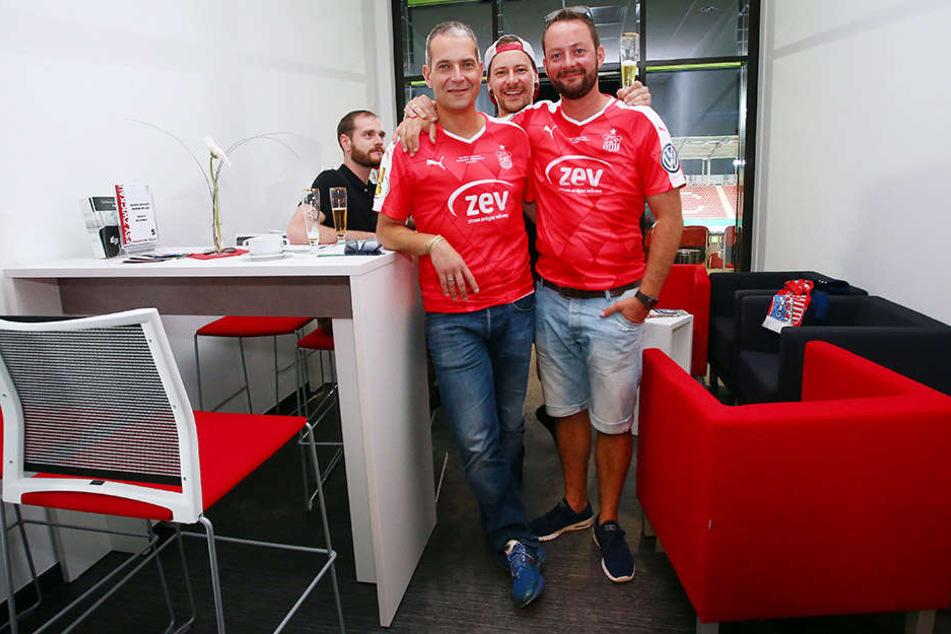 Dieses Fan-Trio ließ es sich beim DFB-Pokalspiel gegen den Hamburger SV in einer der VIP-Logen gutgehen.