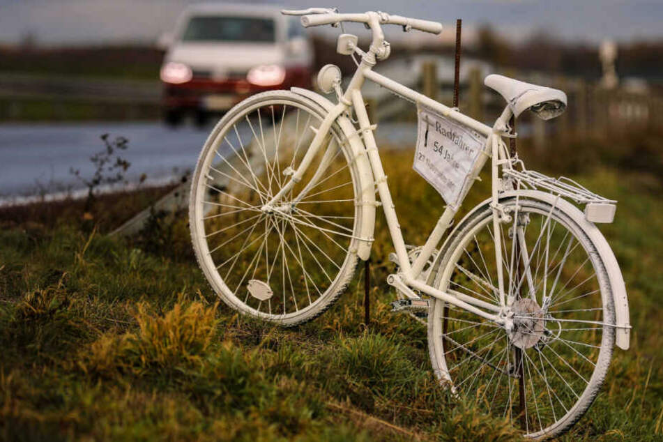 Immer mehr dieser weißen Fahrräder stehen an Sachsens Straßen und erinnern an tödlich verunglückte Radler. Dieses hier an dem im November ums Leben gekommenen Dresdner Schulamtsleiter Falk Schmidtgen († 54).