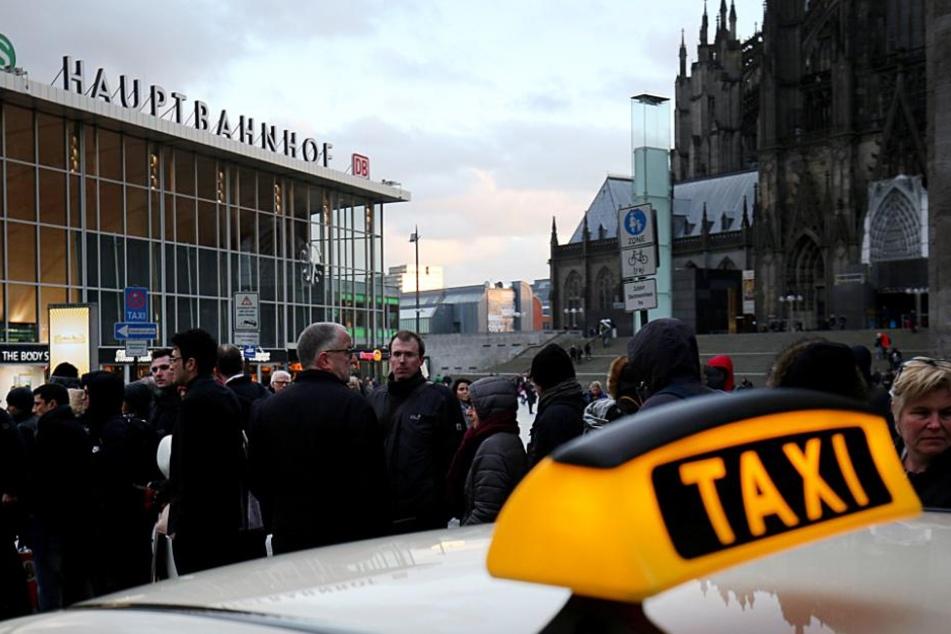 Taxi am Kölner Hauptbahnhof (Symbolbild).