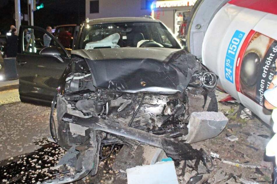 Der Porsche schleuderte nach dem Unfall in eine Litfaßsäule.