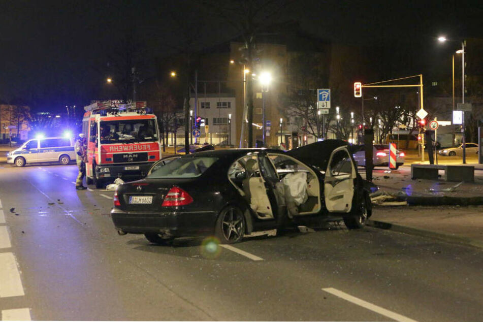 Der Mercedes dürfte nach diesem Crash wohl nicht mehr zu retten sein.