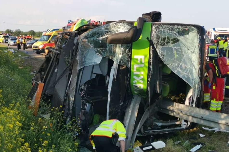 Eine Leitplanke hatte sich in die schwer beschädigte Front des Doppelstockbusses gebohrt.