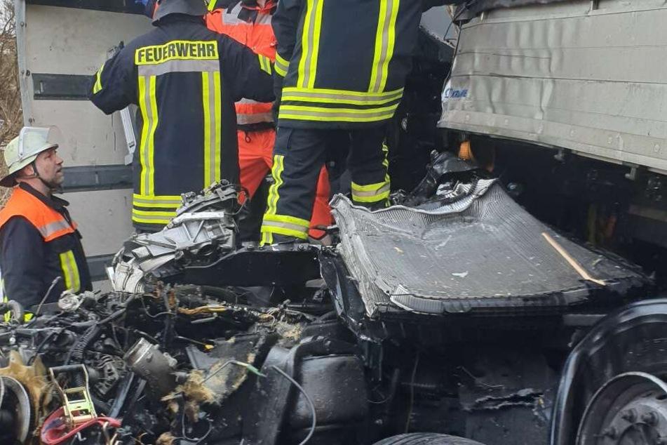 Die Retter mussten mit schwerem Gerät zum Unfallort auf der A3 laufen.
