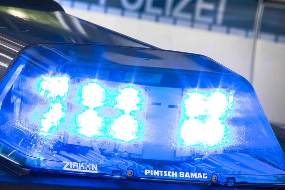 Mit Tretroller Straße blockiert Betrunkener beißt und schlägt Polizisten
