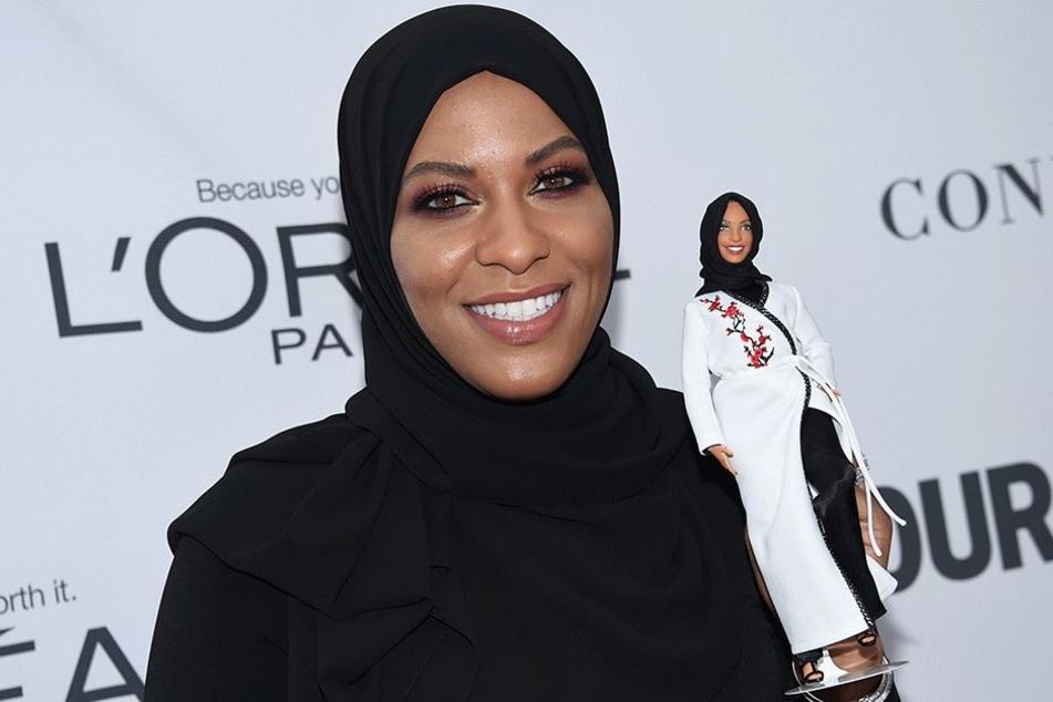"""Die Säbelfechterin Ibtihaj Muhammad hält am Montag in New York eine Barbie-Puppe aus der """"Sheroes""""-Kollektion hoch."""