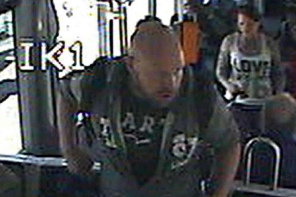 Das Pärchen wurde in einer Straßenbahn von den Kameras gefilmt.