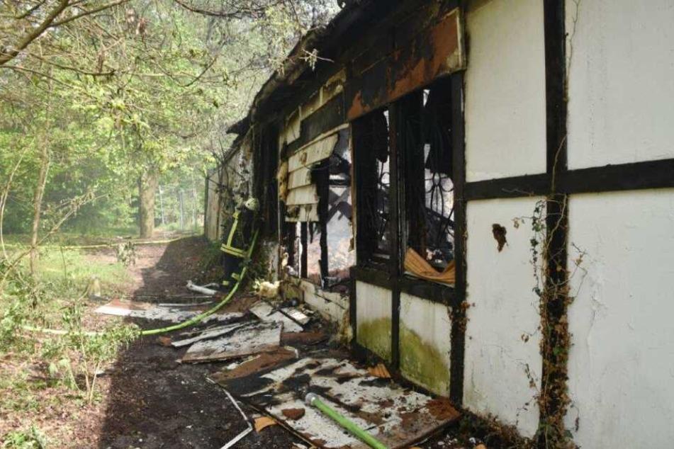 Ein Feuerwehrmann bekämpft das Feuer von außen.