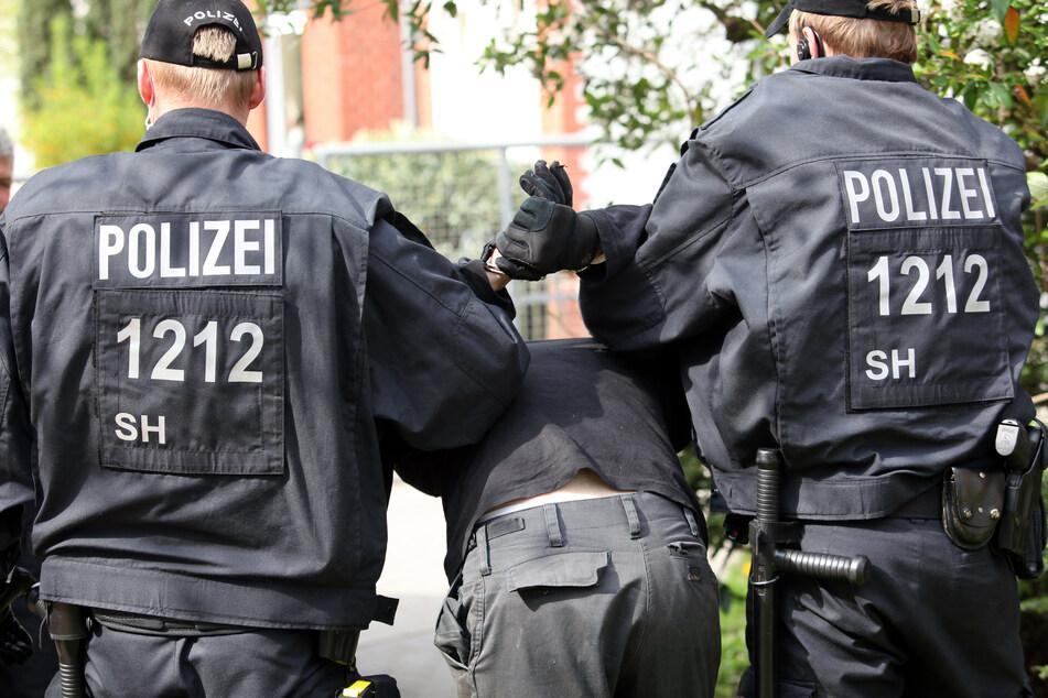 Wenn es nach FDP-Innenpolitiker Jörg Hansen ginge, würden vorerst keine Polizisten aus Schleswig-Holstein zu Großeinsätzen in die Hauptstadt geschickt werden (Symbolbild).