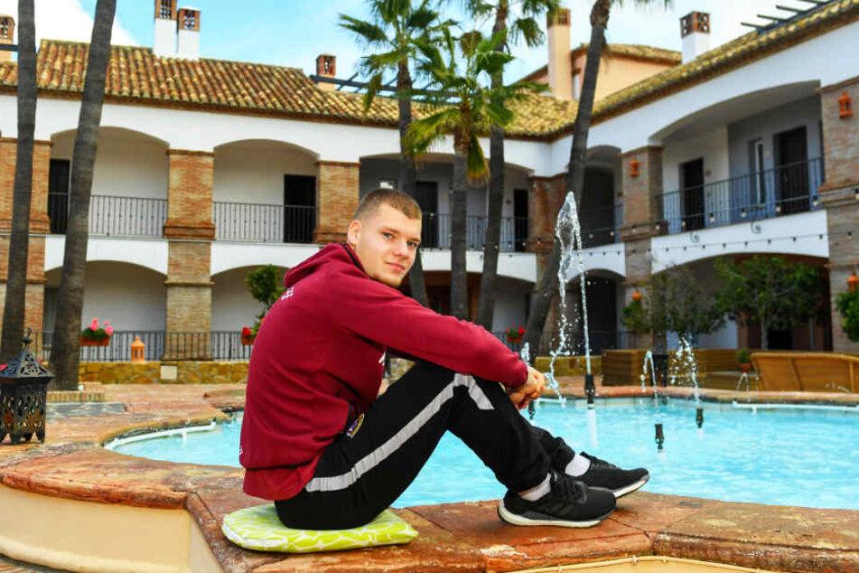 Zwei Bilder von Kevin Ehlers aus dem Dresdner Vorbereitungs-Camp im spanischen Mijas: relaxend im Innenhof des Dynamo-Mannchaftsquartiers La Cala Golf Hotel...