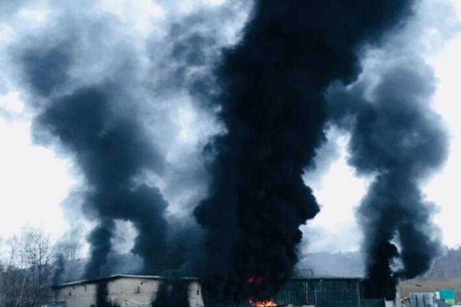 Großbrand! Riesige schwarze Rauchsäulen über sächsischer Gemeinde