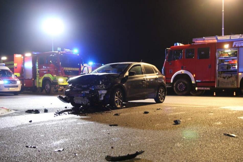 Eines der Unfallfahrzeuge blieb auf der Kreuzung stehen.