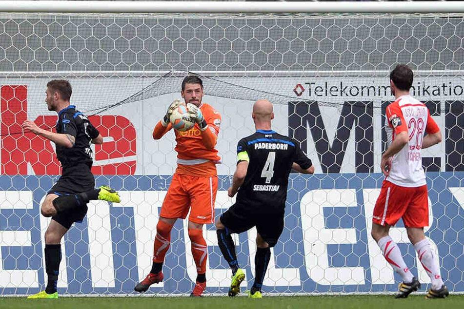 Christian Strohdiek (li.) scheitert an Regensburg-Keeper Philipp Pentke.