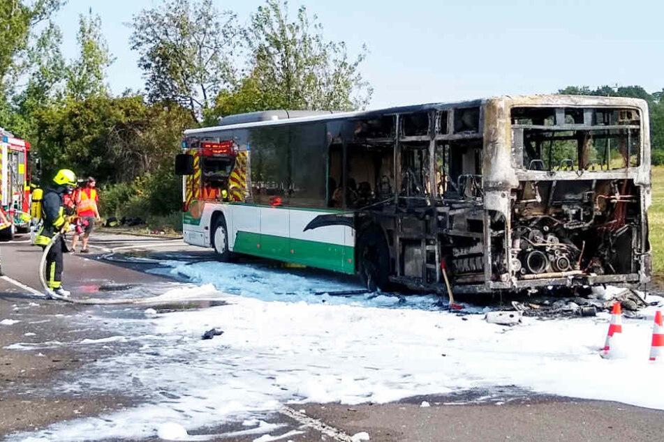 Warum der Bus in Brand geraten war, ist derzeit noch unklar.