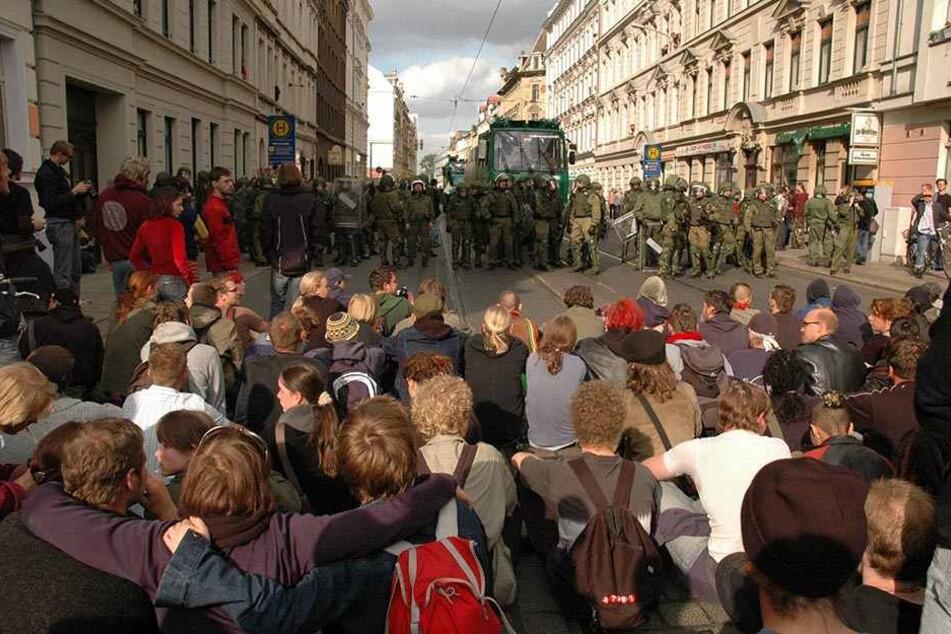 Blockaden gegen Rechts wie hier, im Oktober 2004, hat es im Leipziger Süden schon immer gegeben. Gegen eine Sperrmüllblockade am Samstag hat die Stadt jedoch etwas einzuwenden.