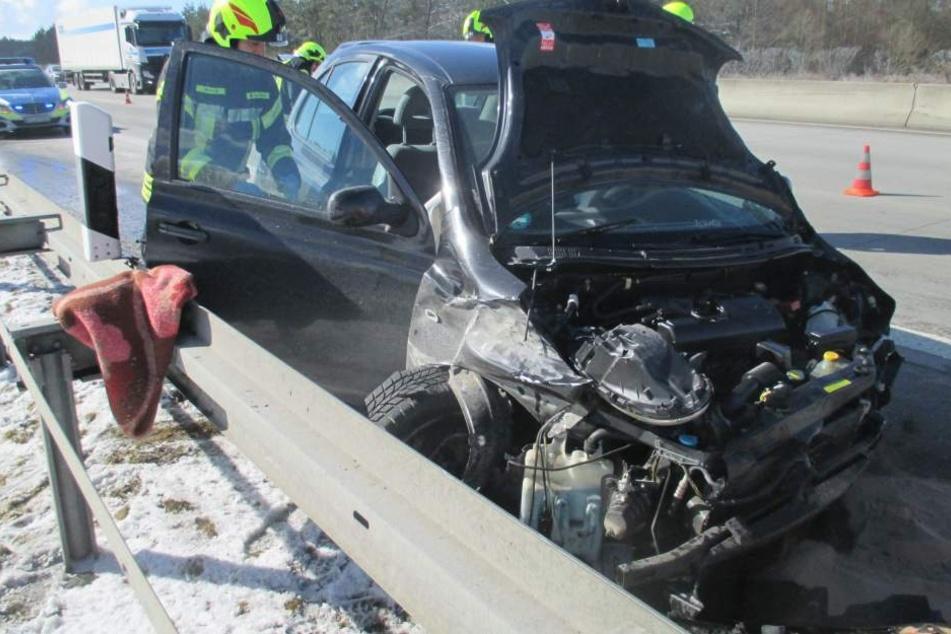 Der Nissan wurde quer über die Autobahn geschleudert.