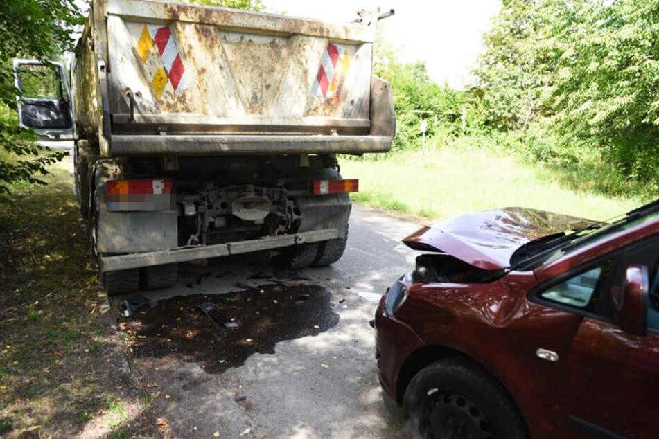 Der LKW stand am Straßenrand, während der Touran auf ihn auffuhr.