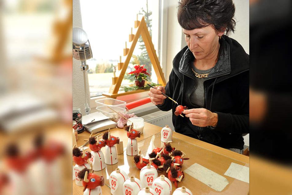 Manuela Fischer verleimt die Einzelteile jener Räuchermännchen, die Bundesligist Red Bull Leipzig geordert hat.