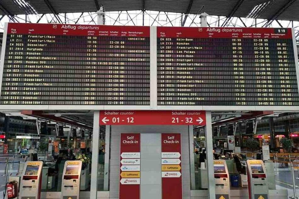 Auf der Anzeigetafel im Terminal des Dresdner Flughafens werden die gestrichenen Germania-Flüge angezeigt.