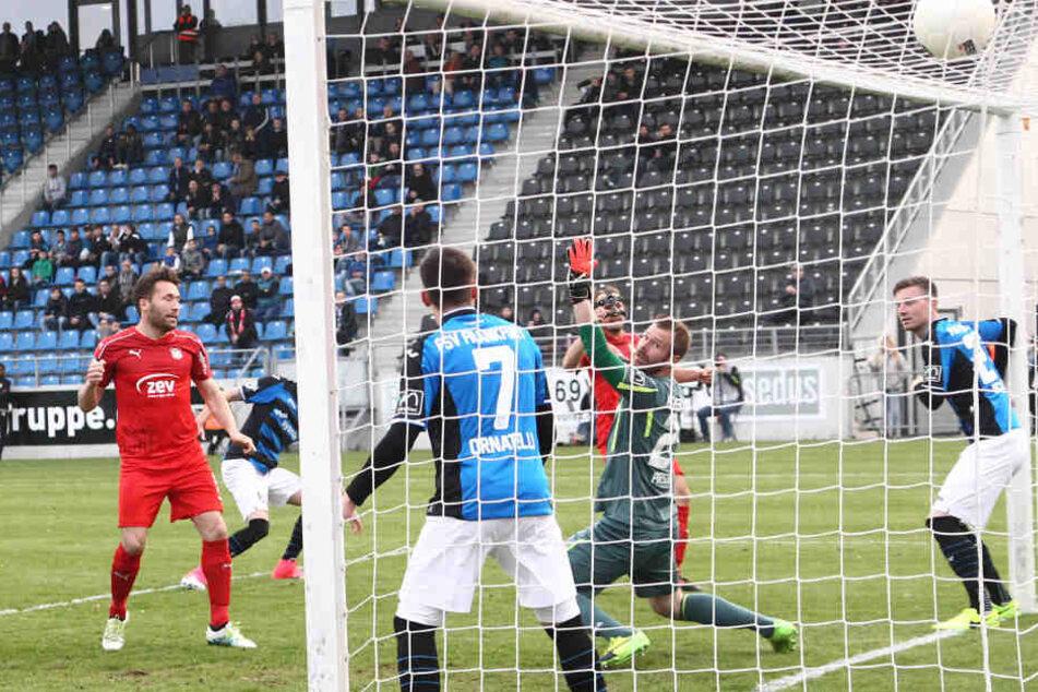 Tor für Zwickau: Der Treffer zum 0:1 Eigentor  Frankfurt durch Denis Streker (2.v.l).