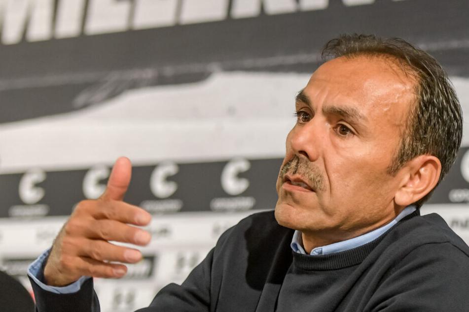 Trainer Jos Luhukay erklärt seine Vorstellungen für das Spiel gegen Regensburg.