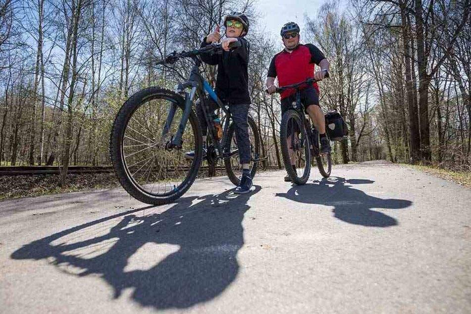 Die erste große Radtour: Lenny (10, l.) und Nico Bilio-Rohland (41) auf dem Chemnitztal-Radweg.