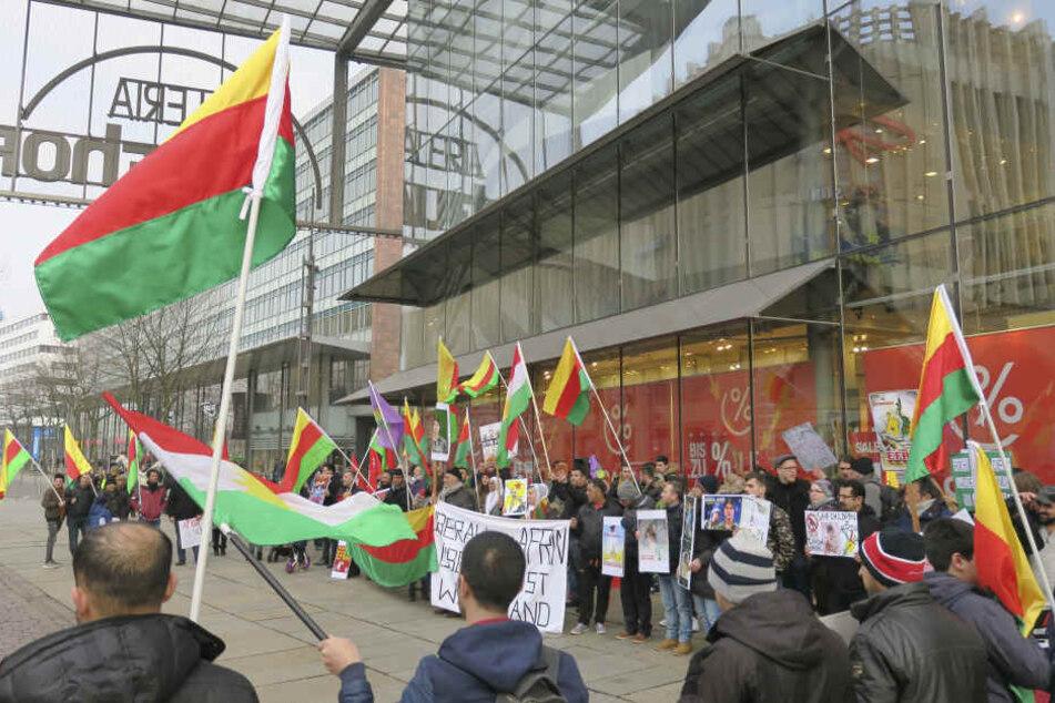 Am Samstagnachmittag demonstrierten etwa 100 Kurden auf dem Chemnitzer Neumarkt.