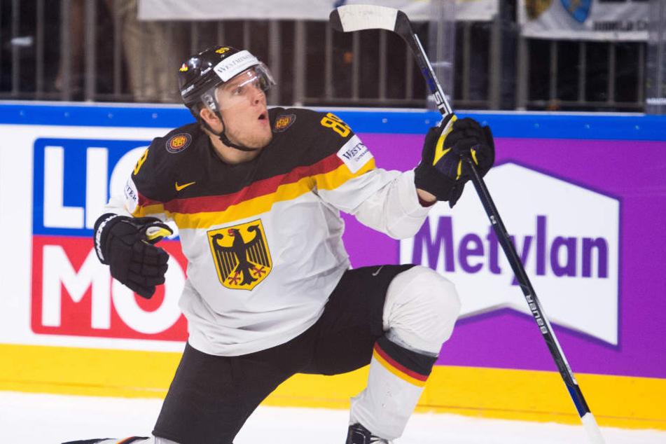 Da war die Welt noch in Ordnung: David Wolf beim WM-Spiel gegen Lettland. Jetzt fällt er wegen einer Verletzung aus. (Archivbild)