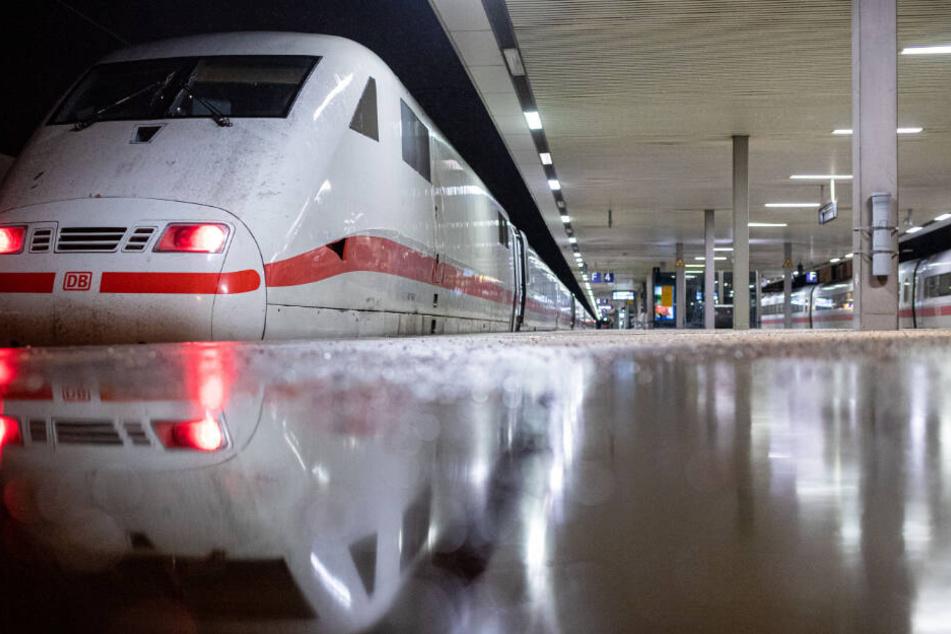 Ein Aufenthaltszug für gestrandete Reisende am Bahnhof.