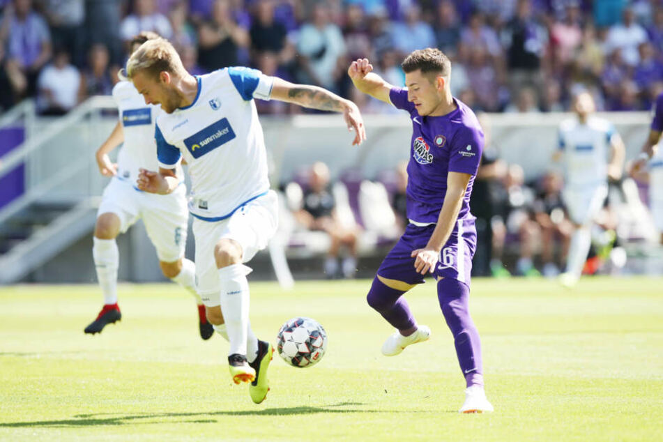 Magdeburgs Nils Butzen (l.) und Aues Mario Kvesic kämpfen um den Ball.