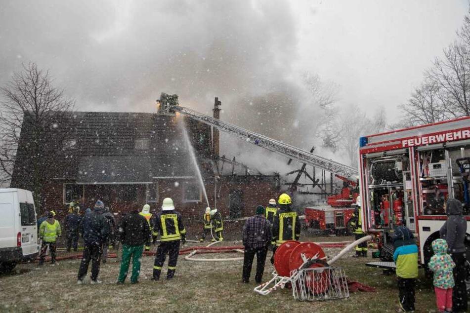 Großbrand auf Dreiseitenhof: Ein Verletzter
