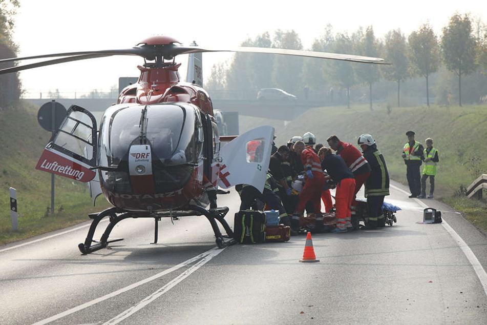 Ein Rettungshubschrauber brachte den lebensbedrohlich verletzten Fahrer des Kleintransporters in ein Krankenhaus.