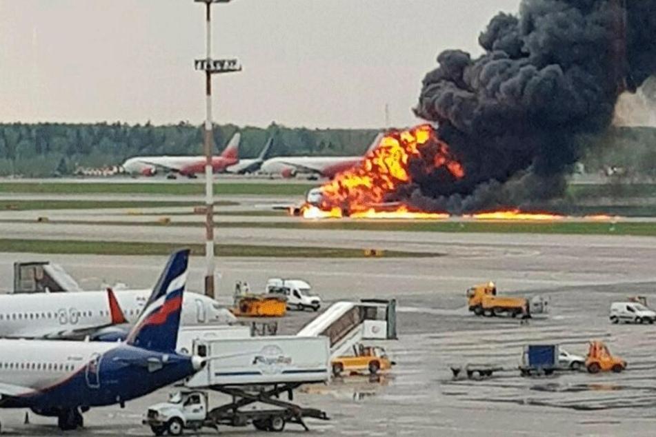 Ein russisches Passagierflugzeug, das kurz nach dem Start Feuer gefangen hat und zu dem Flughafen Scheremetjewo zurückkehren musste.