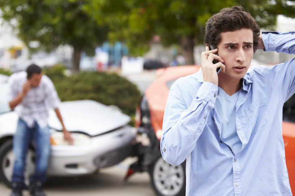 Der 15-Jährige und seine 17-Jährige Beifahrerin verletzten sich leicht (Symbolbild).