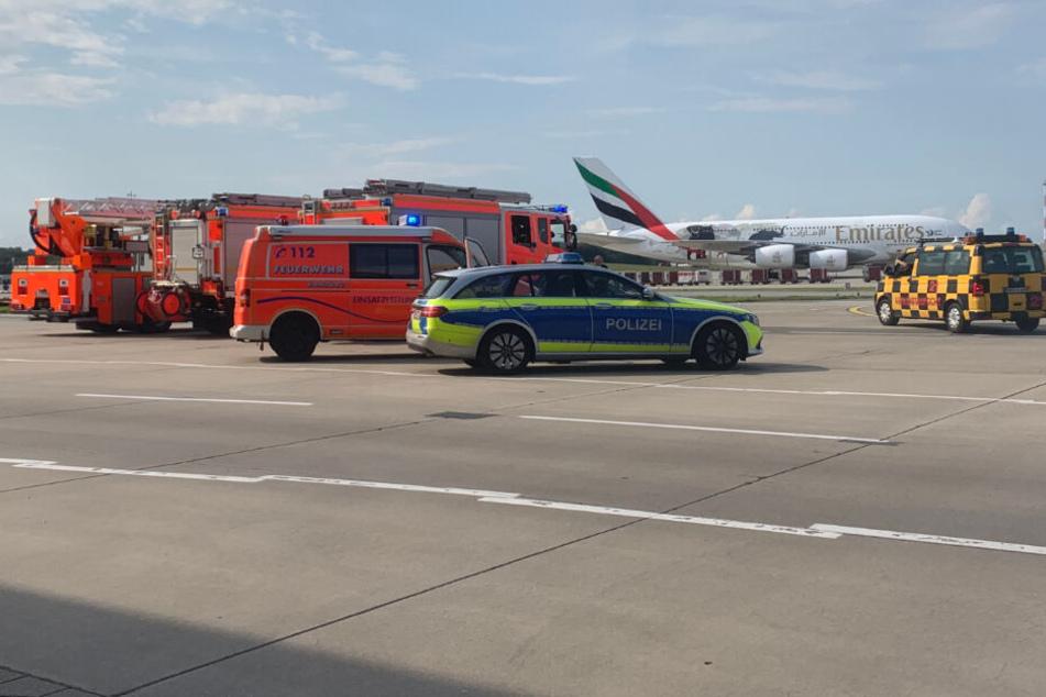 Die Feuerwehr stand bereits an der Landebahn für die Löscharbeiten bereit.