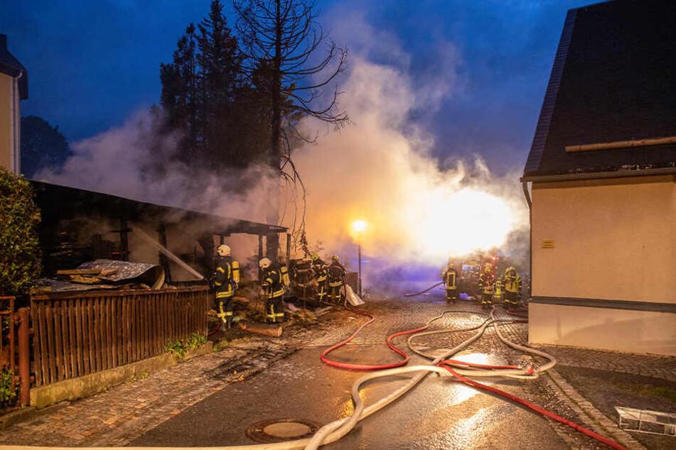 Das Feuer war in unmittelbarer Nähe zu zwei Wohnhäusern und der Kirche ausgebrochen.
